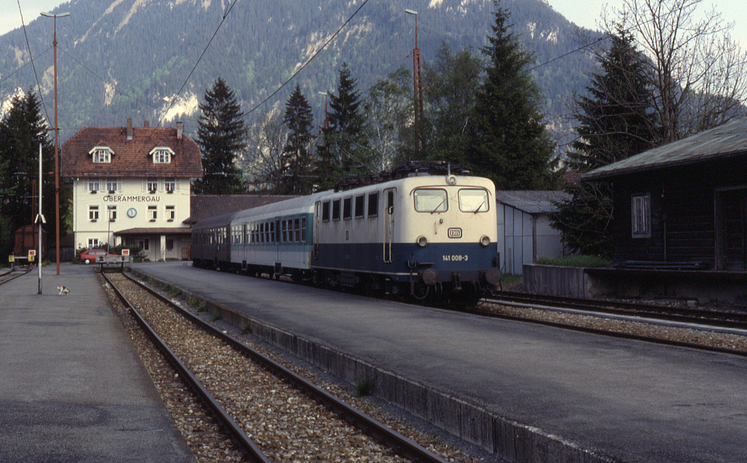 141 008 odottamassa lähtöä tyypillisen junarungon kanssa Oberammergaussa 19.5.1992. Kuva: Philstephenrichards/Wikimedia Commons CC-BY-SA 3.0